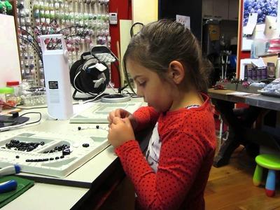 Demy 5 jaar bezig met ketting maken bij Beads Creations