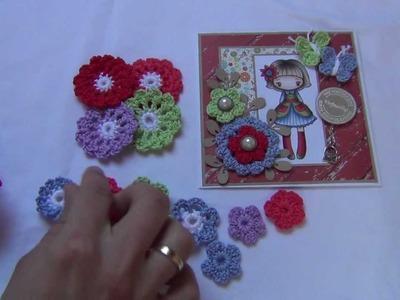 Scrapbooking met gehaakte bloemen en vlinders