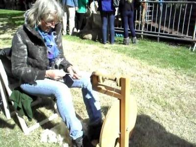 Schaapscheerdersfeest Nisse 2010 - spinnen met pas geschoren wol
