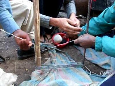 Voorbereiden van weefgetouw in Peru