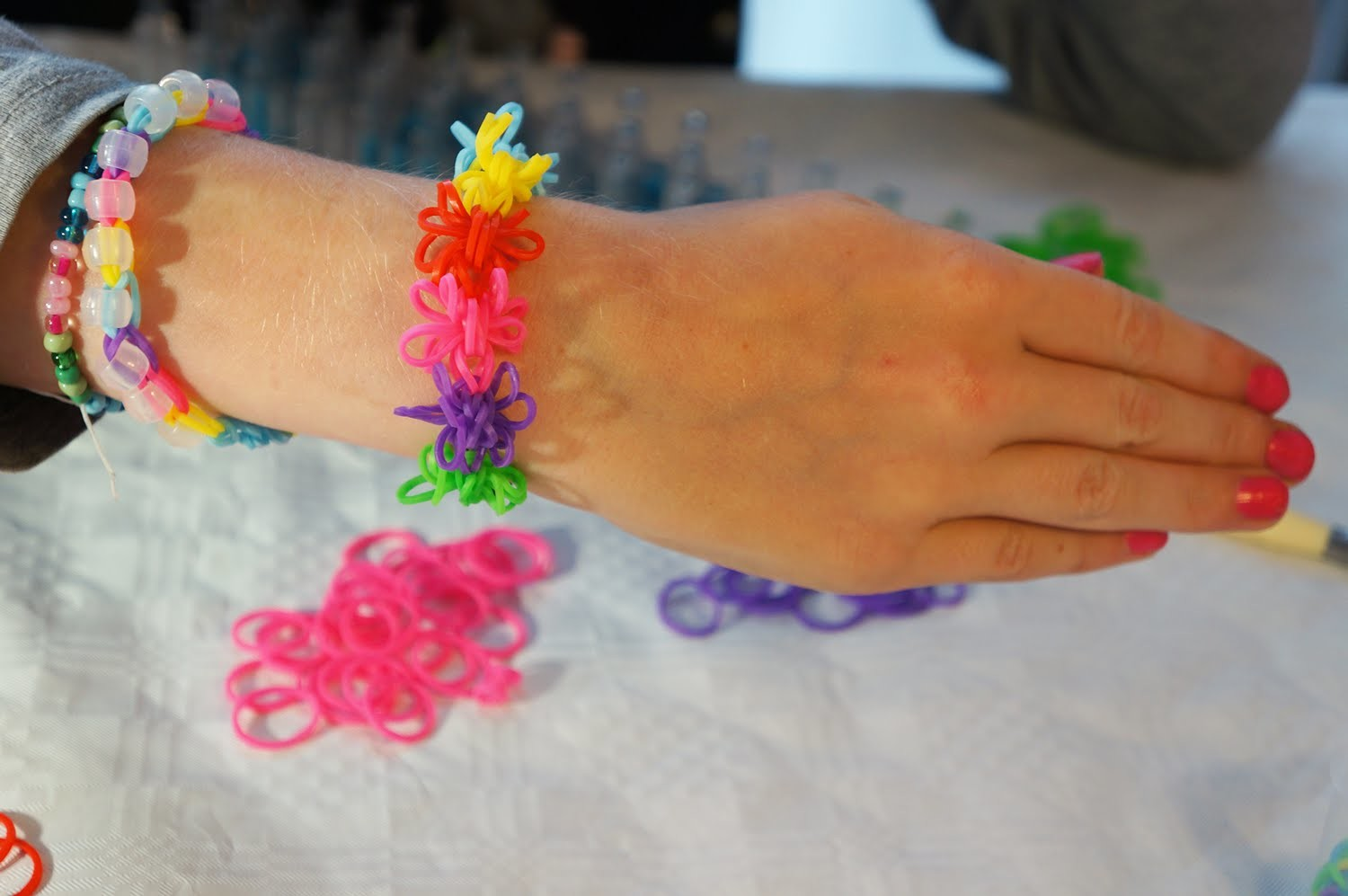 Instructie video Rainbow Loom bloem of sterarmband Nederlands Deel 1