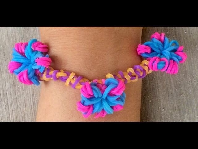 Simpel bloemetje maken als bedeltje met Loom bandjes voor een armbandje met een Loombord en haakpen