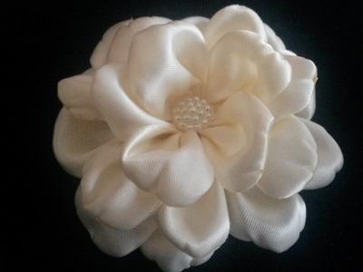 Satijnen haarbloem. Satin flower. Kanzashi