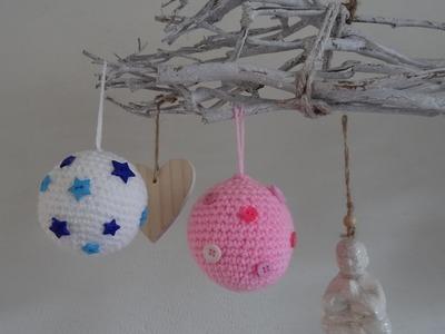 Gehaakte kerstbal met knoopjes. Bauble with buttons crochet
