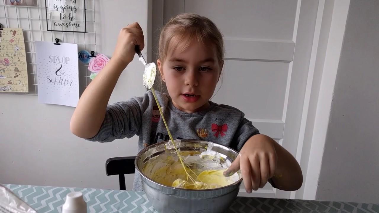 Zelf slijm maken met lenzenvloeistof en lijm!
